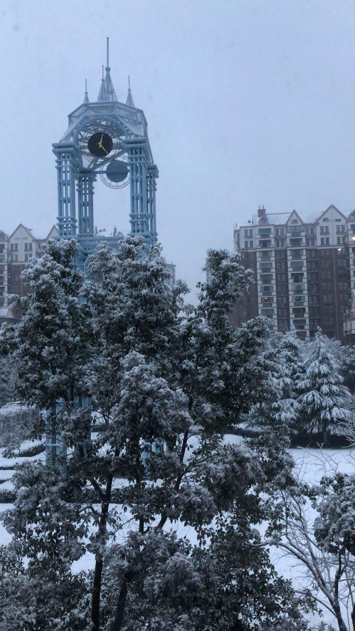 雪中的风景…昆山风景英伦小区物业保安小哥,感谢你们这么用心